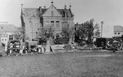 Op schoolplein en Marktterrein stonden in april 1945 voertuigen van het Canadese leger. Zij gebruikten veel Amerikaans materiaal.
