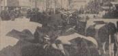 1966 Mei, Eeuwen voordat ze in Amsterdam op het idee kwamen, vonden in Gorredijk al happenings plaats. Het waren grootse vertoningen, en de deelnemers werden er zo high van, dat de gevolgen zich meestal lange tijd daarna deden voelen. Vandaar dat ze halfjaarlijks werden gehouden. De Gerdijkster happenings plachten trouwens ook nogal kostbaar te zijn en in de tijd dat de mensen karige lonen verdienden, konden ze zich niet iedere week zon vertoning permitteren. Tijdens zon halfjaarlijkse beurt raakten ze hem flink. Dat doen ze trouwens heden ten dage nog. Want Gerdykster merke is oud, maar de dagen lang niet zat. Vooral nu de mogelijkheid om zich te bezatten weer ruimschoots aanwezig is. De merke ligt nl. niet droog meer. Onder het motto Vrijheid blijheid en een beroep op de veelgeprezen persoonlijke verantwoordelijkheid is het tapverbod opgeheven. De caféhouders hebben de taak van de politie overgenomen. Dat is hen over het algemeen wel toevertrouwd, zo heeft de praktijk uitgewezen. Als er gisteren toch eens iemand met wankele schreden huiswaarts is gekeerd, dan mag dat rustig aan de drukte worden geweten. En aan de hitte. Daar zijn tonnen bier onder bezweken. Al dat vocht doet verlangen naar een hartig hapje, zodat de haringtonnen eveneens duchtig zijn aangesproken. Een scheepslading vis, gebakken in hete olie, nagebakken door de zon, kunnen de visboeren op zon markt wel slijten. En voorts zullen de worstfabrikanten met grote genegenheid aan Gorredijk denken. Lieve mensen, wat hebben we wat afgepeuzeld gisteren. De kenners zeggen, dat Gerdykster merke een fretmerke is. Alsof we veertien dagen gevast hebben. Voor een kilo bananen als toetje draaien we zon dag de hand niet om. En wat doe je als je glimmende gerookte paling ziet liggen? Zon hapje is onweerstaanbaar en wil er wel in. Trouwens, vergeet de oliebollen niet. Gemakkelijker voedsel is er niet, 't wordt voor je gesmeerd. Dit maal genoten hebbende, is een bezoek aan de kermis aanbevelenswaardig, alwaar de draai