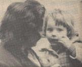 1961 Mei, Patates voor moeder en kind. Onze snoepgewoonten hebben zich sterk gewijzigd, patates en gebakken visjes, worst niet te vergeten, nemen meer en meer de plaats van pepermuntstokken en ulevellen in. Wij zijn minder zoet geworden — maar niet minder lief zijn de kleintjes.