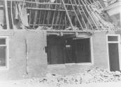 Dit is wat er overbleef van de huizen van de Kerkewal nummers 30 en 31. De lichte dakconstructie was mede oorzaak van de grote schade, De woningen werden weer bewoonbaar gemaakt.