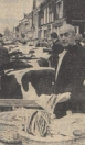 1960 Oktober, Herfstmarkt in Gorredijk. Er was zeer veel vee aangevoerd: de zwartbonten vulden de Hoofdstraat van het begin tot het einde. Daartussen had nog een palingkoopman een plaatsje gevonden: of er ook veel paling aangevoerd was, weten wij niet. Maar ze waren goed en gezond, volgens de koopman, vers uit Volendam.