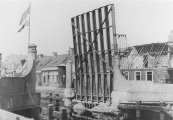 Timmerman/ Aannemer P.Hazewindus zou de brug herstellen. Door drijfzand kon hij de kelder niet droog krijgen. Gerrit Roorda uit Tijnje nam het werk over en klaarde de klus