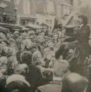 1977 November, Hoewel de Gorredijkster najaarsmarkt wel eens drukker werd bezocht wist de handelaar in fototoestellen toch telkens heel wat kijkers - maar dat zijn nog geen kopers - en toehoorders om zich heen te verzamelen.