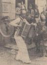 1951 Mei, Hebben jullie die harlekijn ook gezien die muziek maakt en daarbij ook nog de horlepijp danst? was één van de eerste vragen die we te beantwoorden kregen, toen we van de gezellige. Gorredijkster markt thuis waren gekomen. We lachten, want onze collega, die ons dit vroeg en die blijkbaar een telefoontje van ons bijkantoor in Gorredijk had gehad, dacht ons daarmee een lastige vraag te hebben gesteld, want wanneer we nee hadden moeten zeggen,-dan had hij natuurlijk gezegd, dat we het allerleukste nu juist gemist hadden. Dat we hem gezien hebben, kunnen we heel gemakkelijk bewijzen, want de foto ziet men hier bij staan en ondanks het feit, dat Harlekijn een nieuwe benaming voor J. w. Leiendecker van Middelburg is, die dit werk nu al reeds weer 25 jaren doet en daarin zijn vader — die men hier ook wel eens zal hebben gezien, bekend als hij was door zijn rood gezicht en zijn enorme snor — is opgevolgd, begrepen we toch dadelijk wel, wie hij bedoelde. Men zal misschien een beetje verbaasd zijn, dat we Leiendecker hier zo maar brutaalweg met die naam Harlekijn gaan betitelen, maar we weten, dat hij dat zelf helemaal niet erg vindt, integendeel, de mensen mogen hem noemen, zoals ze dat maar het liefste willen. In Limburg kent men hem niet anders dan de Bellenman, in de omstreken van Dordrecht behoeft men maar over de Doedelzak te spreken om te weten over wie men het heeft en in Noord- Holland en Zeeland kent men hem eigenlijk niet anders dan als Koperen Co. Als U mij een krant wilt sturen, dan zet U er maar gerust op Koperen Co te Middelburg en dan komt het piekfijn voor mekaar verzekerde hij ons. Intussen zouden we ons toch geschaamd hebben, wanneer we aan onze collega nee hadden moeten zeggen, want wie gisteren in Gorredijk is geweest en de Harlekijn niet heeft gezien, nou, die heeft of zijn ogen in de zak gehad, óf hij heeft te veel tijd genomen om naar de mooie meisjes te kijken. Op een gegeven moment moest je hem wel tegen komen en kwam je hem tegen, dan bleef