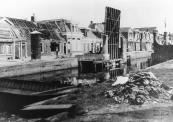 .De brug tussen de Kerkewal en Molenwal, kort na 15 april 1945.  De noodbrug, een later opgetimmerde praam ligt al klaar.