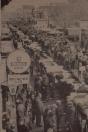 1978 Mei, Op de voorjaarsmarkt in Gorredijk gisteren werden verschillende records geboekt: er waren tweehonderd stands, vijftig meer dan vorig jaar, de aanvoer op de veemarkt in de Hoofdstraat was nimmer zo groot, het aantal kijk- en kooplustigen overtrof de stoutste verwachtingen van een ieder en de handel was bijzonder vlot. Vooral 's morgens was er geen doorkomen aan. terwijl de drukte aanhield tot een uur of vijf - andere jaren was dat zon twee uur. Op de kermis was het ook 's avonds nog druk. De aanvoer op de veemarkt bestond uit 168 koeien, 117 hokkelingen, 54 lammeren, 43 schapen en 27 paarden en pony's. Op de wallen stonden deze keer geen auto's, waardoor er veel meer kraampjes een plaats konden krijgen.