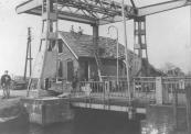 In  april 1945 lieten de Duitsers alle bruggen in Gorredijk en Kortezwaag springen, zo ook de brug over de Dwarsvaart in de Nijewei. Het totaal ontwrichte brugwachtershuisje werd eerst afgebroken.