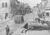 In de nacht van 14 op 15 april 1945 vernielden terugtrekkende Duitse genietroepen de bruggen in Gorredijk en omgeving. Als eerste sneuvelde de brug over de Dwarsvaart in Kortezwaag.Daarna volgden Bleekersbrége, de Hoofdbrug en Gurbe's brége. Bij de verdediging van de Hoofdbrug kwam de verzetsstrijder Gerke Numan om het leven. Naar hem werd later de vervangende brug vernoemd. De huizen nabij de bruggen hadden onnoemlijk veel schade, bijna alle ruiten waren gesprongen en veel dakpannen kwamen naar beneden. Het ergst waren de (oudere) huizen bij Gurbe's brége er aan toe.Op 15 april reden de eerste Canadese voertuigen over het rijklaar gemaakte brugdek, daarmee was de bevrijding een feit. Enige dagen later stalden reservetroepen hun vehikels aan de Langewal en achter de O.L. school op het Marktterrein. Op 5 mei was geheel Nederland bevrijd en werd er feest gevierd met een optocht en volksfeesten. Ook daarvan maakte Hendrik C. v/d Meer foto's. Maar door zijn slecht gezichtsvermogen zijn de meeste foto's onscherp.