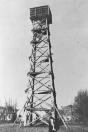 De uitkijktoren aan de Lijnbaan werd in 1941 door de Duitsers gebouwd om overvliegende vliegtuigen te signaleren. Op de voorgrond Corrie Beenen.