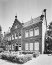 overzicht voorgevel en rechter zijgevel Hoofdstraat 59 Voormalige lagere school. (foto 2000, J.P. de Koning).