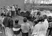 Kranslegging bij het monument voor de gesneuvelden tijden de tweede wereldoorlog op de algemene begraafplaats aan de Hegedyk te Gorredijk. Schoolkinderen adopteerden dit monument en leggen ieder jaar op 26 april, de dag dat Gorredijk werd bevrijd, een krans.