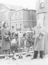 De officiële in gebruikname van de Gerk Numanbrug in het centrum van Gorredijk. Links de weduwe Numan de Vries met haar kinderen. Haar man sneuvelde één dag voor de bevrijding in april 1945 tijdens een vuurgevecht met Duitse genietroepen die de hoofdbrug opbliezen. Rechts: Burgemeester Harmsma hield een toespraak. Op de brug staat Jouke v/d Zee met bloemen.