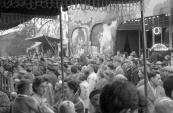 Grote drukte op het Marktplein (hoek Schoolstraat/Marktstraat) tijdens de Gordykster kermis tussen vermoedelijk de 50 en 60'er jaren. Attracties als de Texas Show van exploitant Henk Verwijk/Ophof alsmede het Theater Oriental van exploitant Petrus van Griensven stalen vooral in die tijd de show met hun acrobatische live optredens van o.a. Bas en Aad van Toor (Bassie en Adriaan) paarden, ezels en beren. Naast de Texas Show zien we de American Cake Walk Road staan van exploitant Herman Riddering. Geheel links op de foto is het pand zichtbaar daar waar jaren lang Piet koopt alles was gevestigd.