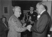Op 15 december 1982 werd door Prins Bernhard aan Jan Arends v/d Sluis het verzetskruis posthuum uitgereikt. Zijn weduwe, Saakje v/d Sluis/ v/d Sluis nam het in ontvangst. Tijdens de Tweede wereldoorlog heeft Jan v/d Sluis veel Joden geholpen om onder te duiken.