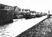 Tijdens de door de Duitse bezetter verplichte hooilevering in de jaren 1940/1945 stonden de boerenwagens aan de Kerkewal vanaf de Waag tot Olieslagerij op hun beurt te wachten. Daar werd het hooi in pakken geperst.