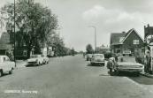 1970, Zicht op de Nieuweweg te Gorredijk met rechts een benzinepomp