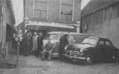 Op 27 april 1927 kocht Landmeter aan de Brouwerswal dit pakhuis voor f.3200,-, later overgenomen door Numan. Geheel rechts Hennie Numan, links van de bedrijfsauto onder meer Atze Numan en Wabe Braam. foto van 1951. Fa. W. Numan, Gorredijk, gemeente Opsterland (Brouwerswal 298). Afgegeven: 10-8-1945