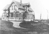 In 1904 liet Romke Otter dit huis bouwen dat weldra bekend stond als ,,villa Otter''. In 1922 werd het huis door de weduwe van Romke verkocht aan de directeur van de Olieslagerij aan de Kerkewal