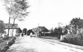 De Hegedyk in de jaren dat er nog tol werd geheven. Deze werd pas op 1 mei 1928 afgeschaft. Het tolhuis dat met de voorgevel tegen de weg stond werd in 1966 afgebroken.