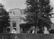 In 1888 kocht de advocaat Willem H. Jonkers een bouwterrein voor f 1.250,- van H.H. van Dam en nog datzelfde jaar werd daarop dit woonhuis met kantoor gebouwd. Hier wordt nu al weer vele jaren een tandartsenpraktijk uitgeoefend.