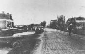 Links de boerderij nr.2 die in 1903 werd gebouwd door Flokstra en de Vries. Feitse, een zoon van laatstgenoemde is de grondlegger van ''de Vries Kozijnen'' te Gorredijk.