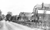 Het huis rechts stond bekend als ''de Spijkervilla''. De eigenaar had gedurende de eerste wereldoorlog een kapitaal verdient met handel in ijzerwaren.