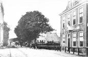 Rechts de herberg van Lieuwe Dijkstra met tweezijdig uithangbord waarvan de ene kant ons vertelde  ''tramhalte Kortezwaag'' en de andere kant ''tramhalte Gorredijk''.