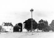 Links op de hoek van de Hoofdstraat staat de voormalige herberg ''de Roode Leeuw'' . De schutstal achter de woning is hier al verbouwd tot sèrre en het huis bewoond door predikant in ruste Tonco Eppens.