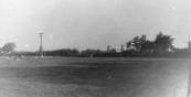 Het ooievaarsnest op het weiland in de hoek Posthumaleantsje - Hegedyk. Er zijn op deze foto 3 molens te zien, vanaf links de schorsmolen van Nauta, de houtzager van Posthuma en de korenmolen van van der Molen.