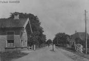De Hegedyk met het in 1966 afgebroken tolhuis. De tolheffing was op deze ''kunstweg van Heerenveen naar Quatrebra'' na ruim 70 jaar in 1928 afgeschaft. Bovenstaande foto is waarschijnlijk na 1928 gemaakt, de tolbomen staan open.
