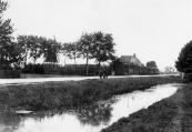 De Hegedyk richting Heerenveen met links de in 1830 gebouwde korenmolen ''de Hoop''. Boven de tram steekt het dak van de boerderij uit die eerst bewoond werd door de molenaar. Vanaf 1914 woonde daar de veehouder Jan Bonnema, later zijn zoon Jacob.