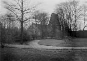 De korenmolen ''de Hoop'' gezien vanuit de tuin van villa Otter. De molen was al zonder wieken en dus al buiten gebruik.