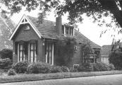 Op deze foto waar eertijds de molenaar woonde, deze woning ontkwam ook niet aan de slopershamer.