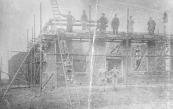 Deze bouwvakkers poseren voor het huis met schuur aan de Hegedyk 2 in 1903