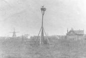Het huis rechts werd kort na 1900 gebouwd aan ''it Swembadleantsje''. Van 1902 tot 1914 werd het bewoond door Siebren Visser, hij had een groentekwekerij. Links staat de korenmolen van Jaap Sikkes van der Meulen. Naast het witte huis zijn nog de wieken van ''de Morgenster'' te zien. Deze molen zou in 1904 door brand worden verwoest.