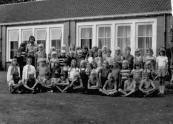 1973-1974 vijfde klas, Achterste rij vanaf links: Jannie de Boer, Teye de Vos, Hanneke de Jong, Wiepie Kompaan, Johan Vergonet, Anja Bijker, Anita Schaafsma, Sietze Huitema, Bouke Jan Postma, Marinus van der Mark, Wietze de Jong, Ellie van Straten, Nellie van der Wijk, Tjeerd Beenen, Siepie Duin. Tweede rij v.l.n.r.: Leo Wissema, Grietje Vaartjes, Ina de Witte, Oepie de Boer, Ale Overwijk, Robbie Stuy, Gerk Jan de Jonge, Hanneke van der Werf, Anneke de Jong, Ronald de Caluwe. 3e rij v.l.n.r.: Ria Hofstra, Janet Bergman, Jellie de Jong, Julia van Harten, Janet Moll, Hennie Hofman, Nettie van der Woude, Irene Stolker, Silvia Mulder, Ria Hoekstra, Antje Looienga, Jolanda in't Veen, Ellie van der Woude. Voorste rij v.l.n.r.: Andries van Dijk, Harmen Zwart, Melle Tenge, Joop van de Kamp, Wilco Haverkamp, Gerrit Kussendrager, Wim Hein van Kessel, Jaap Groenland, Nellie Buis.