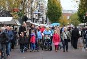 2014, Een drukke najaarsmarkt gisteren in Gorredijk. Het mooie najaarsweer trok veel mensen naar de gezellige markt. Met de markt werd een heus feestweekend afgesloten in Gorredijk. Daarnaast had de markt dit jaar een speciaal tintje. Het was de eerste editie die georganiseerd werd door de stichting Marktbeheer.