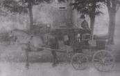Janke Feddes van Dam, zuster van Gorredijkster vervener Hendrik Feddes van Dam, in het door een hit getrokken wagentje, dat zij op juni 1887 gekocht had. Tot 1890 woonde Janke bij haar moeder Saakje van Dam-de Jong op de plaats, die in de vorige eeuw  door Kees de Vries bewoond zou worden. Op de achtergrond de wellicht in 1856 gebouwde boerenplaats, waar in 1920 de familie Hielkema woonde, later de Hofma's.