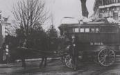 De Gorredijkster vrachtrijder Durk Dijk op acht kilometer afstand van onze plaats op de driesprong De Knipe-Heerenveen-Oranjewoud. Dijk had een beurtdienst van Gorredijk naar Heerenveen v.v. Op 16 februari 1922 begon de Gorredijkster Jacob Bijker een vaste autodienst op het Friese Haagje.
