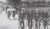 Op een weer-fleurige zondagmorgen keert de gemengde fietsclub van Kortezwaag op zijn basis terug. Op de voorgrond v.l.n.r.; Jan Bleeker, Piet van der Schoot, Tjalle de Jong en Wietse de Vries. Op de achtergrond de plaats van Hepke van Dam. Foto van 1905.