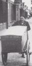 Sijke Moll was dagelijks in de straten van Kortezwaag doende bakkerswaren van Fokke Blaauw in Kortezwaag aan de man te brengen. In de tijd voor Sint Nicolaas zag je haar zeulen met een grote hengselmand, waarin allerlei lekkernijen, zoals speculaas, taai en boterletters ten verkoop werden aangeboden. De mand was tegen inregenen afgedekt met een stuk zeildoek.