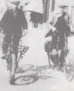 Lammert Moll (links) en Jan Wijnstra fietsend op de Langewal in de richting van de Vinkebuurt.