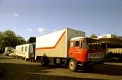 Gestalde woon & pakwagens aan de Marktstraat tijdens de najaarskermis in het jaar 1982, met o.a. de Daf van de familie Buwalda/Panbakker (Autoscooter) en daarachter de woonwagen van de familie Sipkema/Koopal (Holly Cranes). (Foto: Stichting kermiscultuur)