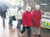 2010 Mei, Nattigheid en narigheid waren de kernmerken van de maandag gehouden Gerdykster Merke in het centrum van Gorredijk. De politie had haar handen vol aan enkele raddraaiers, terwijl het winkelend publiek onder niet te vrolijke omstandigheden langs de kraampjes struinde. Foto: Sietse de Boer