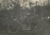 B5764  Motor: Eysink 1913 Links: Anne v.d. Muur, Rechts: Jacob v.d. Muur Gorredijk. Kentekengegevens: Sander Bakker, Benedenknijpe, gemeente Schoterland. Afgegeven: 12-10-1922