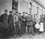 Personeelsleden poseren voor het station, 1901