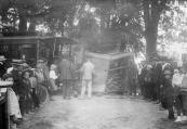 Nog een foto van het tramongeluk dat 11 augustus 1911 voor de pastorie te Langezwaag plaatsvond. (foto: repro)