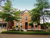 De KAZERNE van de Koninklijke Marechaussee, thans dubbel woonhuis, werd in 1895 gebouwd in traditionele baksteenarchitectuur met elementen van de Chaletstijl en de Neo-Renaissancestijl wegens overplaatsing van de KM-brigade vanuit Beetsterzwaag.