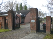 De algemene BEGRAAFPLAATS werd aangelegd in 1926 naar een plan van aanleg van de gemeente- architect C. van Wamel uit 1925. De aanleg van de Gemeentelijke begraafplaats en trap uit 1926 en 1942/46 is van algemeen cultuur- historische en landschappelijke waarde.