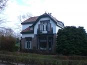 Het woonhuis is ontworpen in opdracht van de handelaar N.Zwart en werd gerealiseerd in 1917/1918. In de volksmond kreeg het woonhuis de bijnaam 'pleevilla' doordat in het woonhuis voor de eerste maal te Gorredijk een inpandig watercloset werd aangebracht.